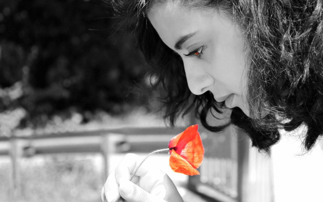 Photo d'Anissa Bouderbal avec un coquelicot
