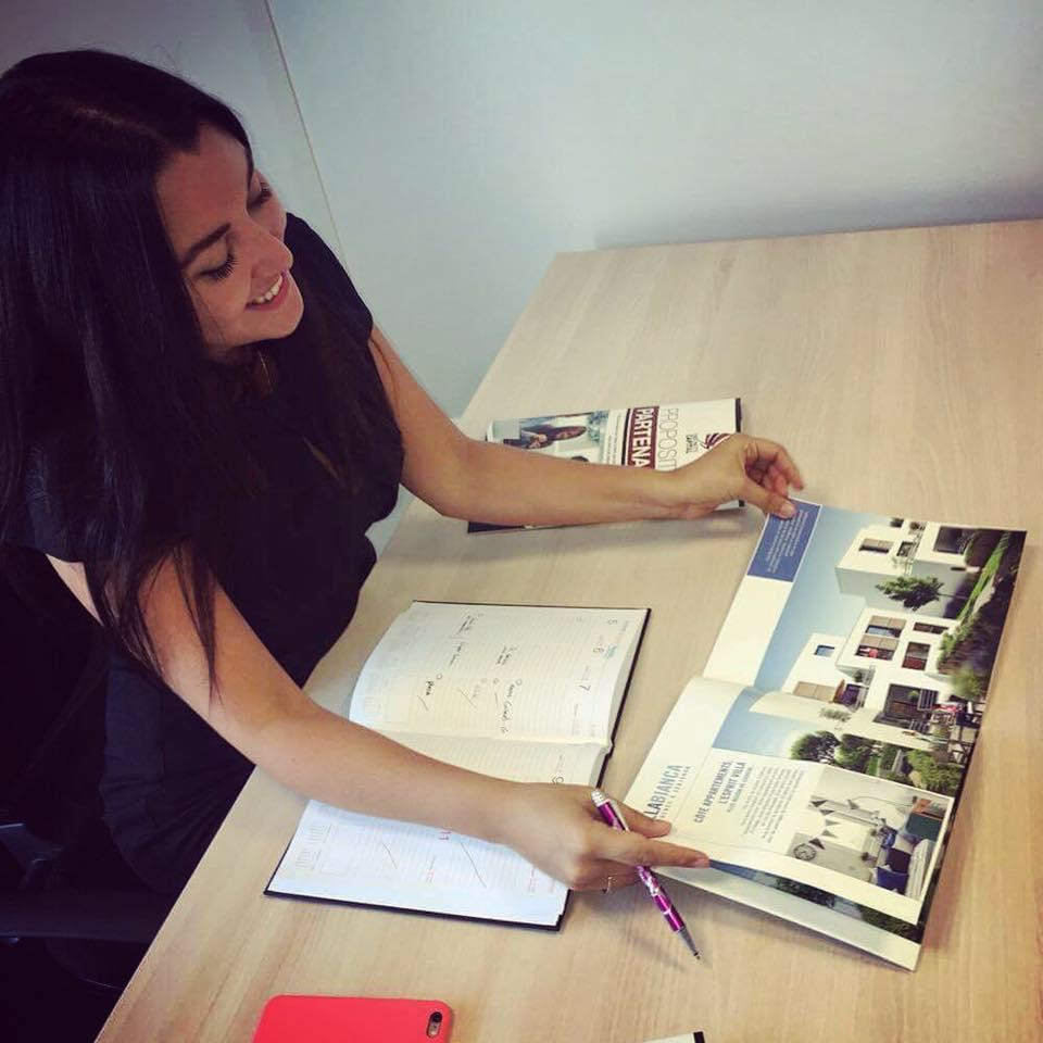 Fiorella Pauloz montre une brochure immobilière