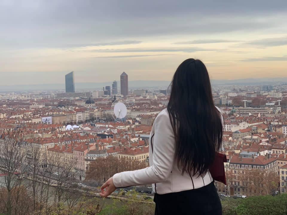 Fiorella Pauloz avec une vue depuis les hauteurs de Lyon