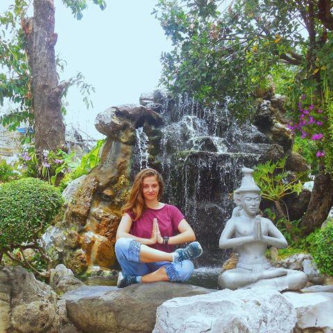Perrine Enjolras prie à côté statut de Buddha en Thaïlande