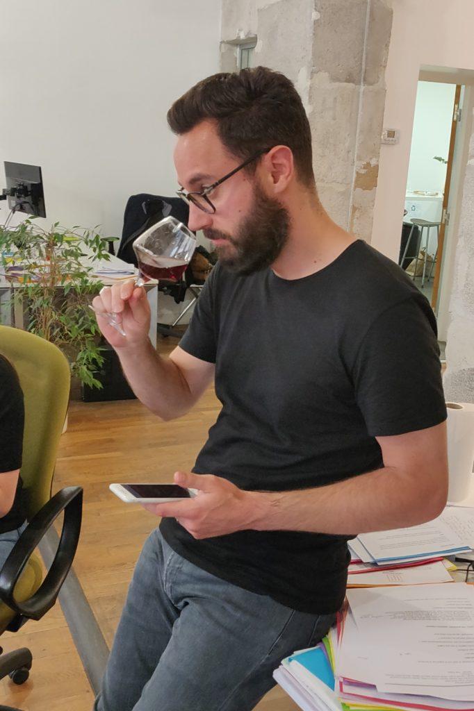 Emmanuel d'Effektiv en train de déguster du vin Edovino