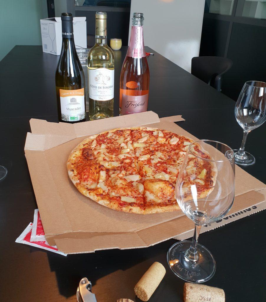 Photo d'une pizza hawaïenne avec du Muscadet, Bergerac Moelleux et rosé effervescent