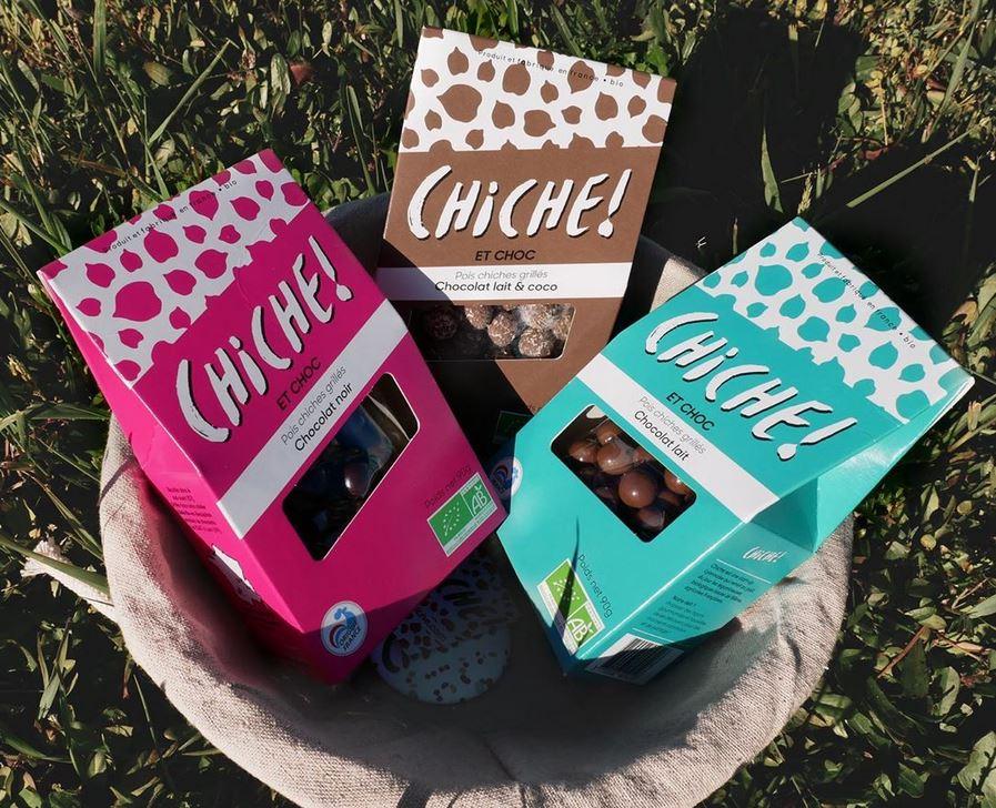 """Les trois différentes sorte de pois chiche grillés enrobés de chocolat de la gamme """"CHICHE ! ET CHOC"""" dans une panière"""