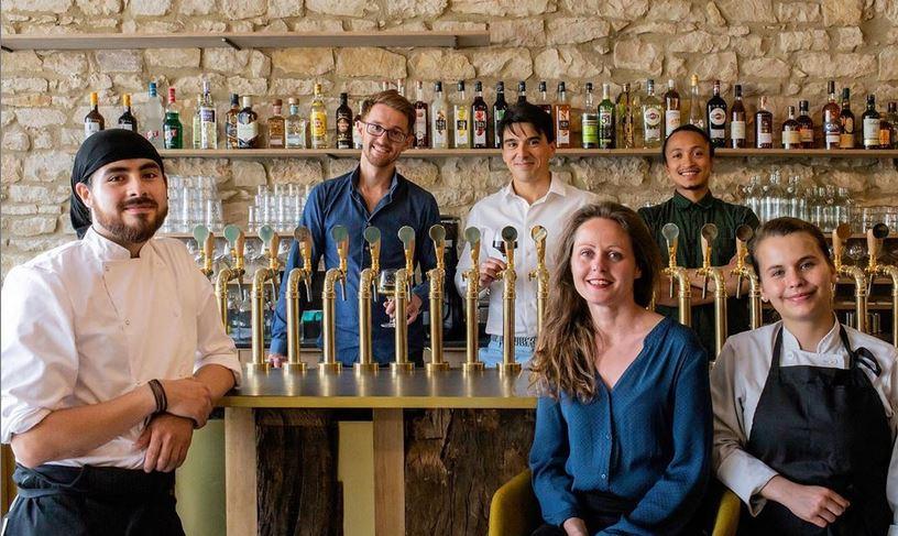 Photo de l'équipe complète du bar et du restaurant Les Assembleurs.