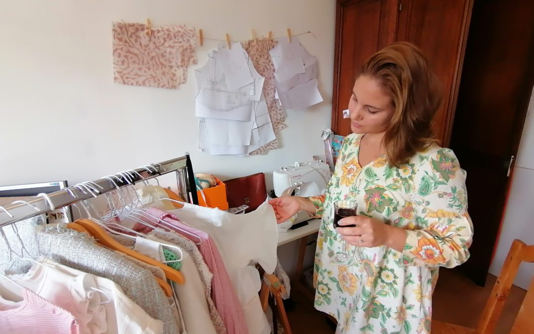 Camille Lacoste de Maison Cala regarde ses créations