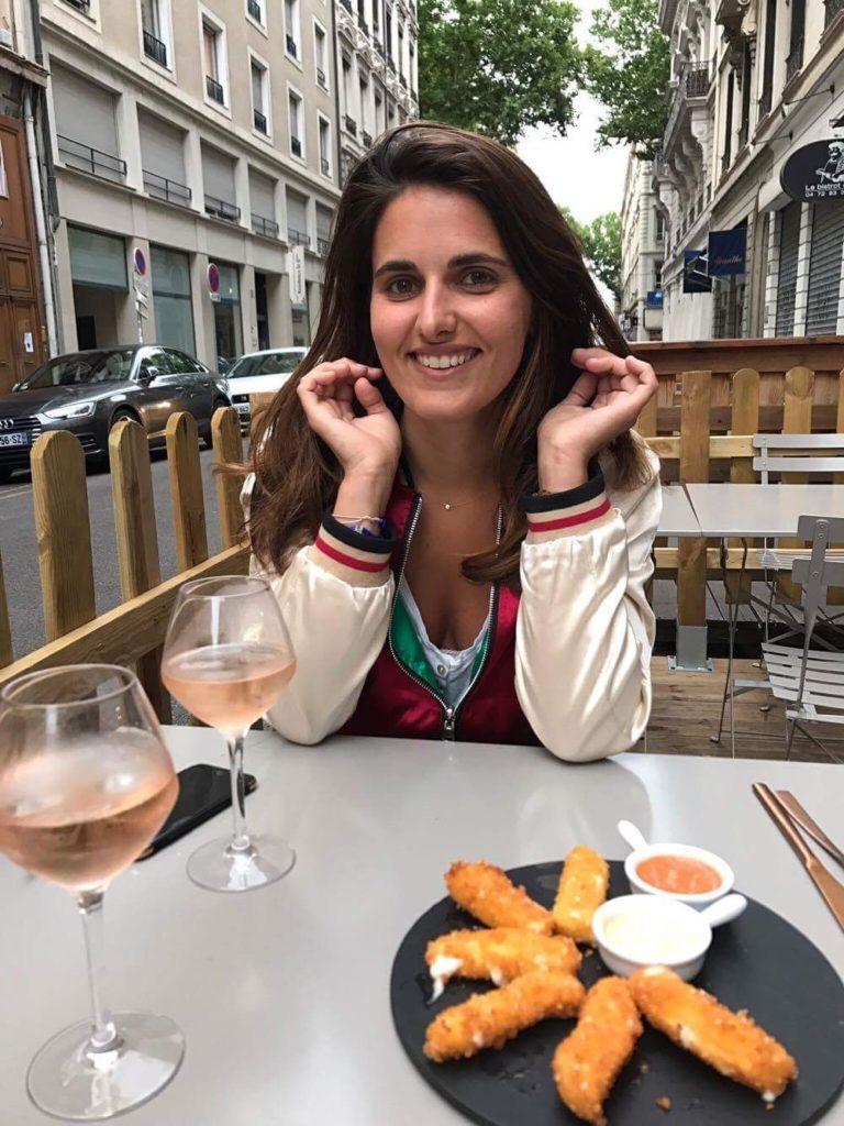 Sophie Anaf au restaurant avec un verre de vin rosé