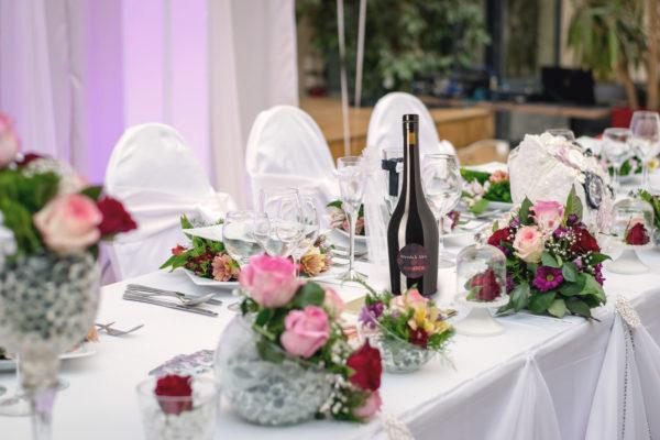 Table d'un mariage avec bouteille de vin personnalisée aux noms des mariés