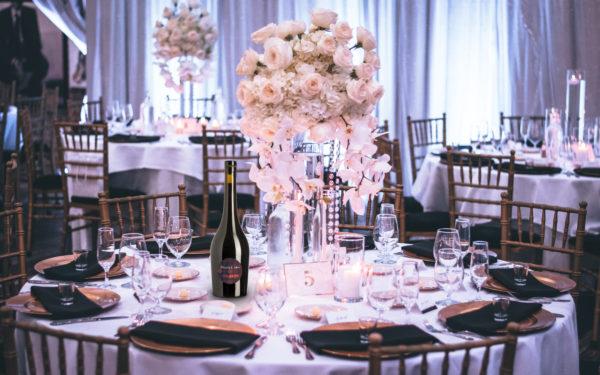 Table d'un mariage avec bouteille de vin personnalisé aux noms des mariés