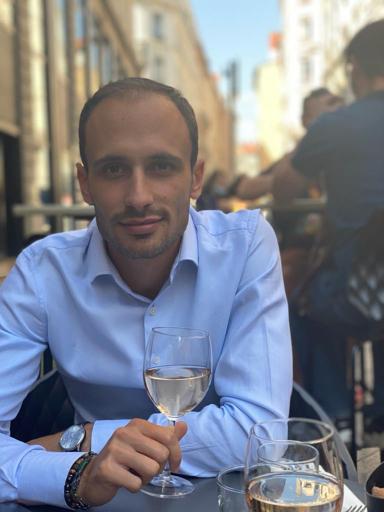 Photo de Jérémy Paille avec un verre de vin blanc